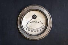 Amperímetro viejo en una fábrica imagen de archivo