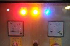 Ampermetry-Voltmeter auf Armaturenbrett, unscharfes Licht lizenzfreies stockbild
