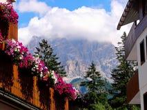 ` Ampezzo för Cortina D har tusen åriga historia och en lång tradition som en turist- destination: Dolomitesberg arkivfoton