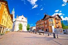 `-Ampezzo för Cortina D sikt för arkitektur för huvudsaklig fyrkant royaltyfri bild