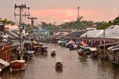 Amphawa市场运河,最著名浮动市场和文化旅游目的地 免版税图库摄影