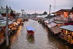 Amphawa市场运河,最著名浮动市场和文化旅游目的地 免版税库存照片