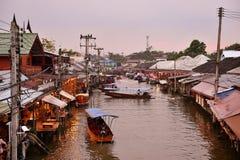 Amphawa市场运河,最著名浮动市场和文化旅游目的地 库存图片