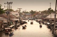 Amphawa市场运河,最著名浮动市场 库存图片