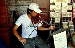 Amphawa,泰国:弹小提琴的音乐家 库存图片