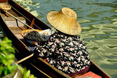 Amphawa,泰国: 浮动的市场供营商 免版税库存图片
