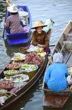 """AMPHAWA †""""29 APRIL: De houten boten worden geladen met vruchten van de boomgaarden bij Tha-kha het drijven markt Royalty-vrije Stock Afbeelding"""