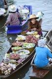 """AMPHAWA †""""29 APRIL: De houten boten worden geladen met vruchten van de boomgaarden bij Tha-kha het drijven markt Royalty-vrije Stock Foto's"""