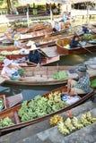 """AMPHAWA †""""29 APRIL: De houten boten worden geladen met vruchten van de boomgaarden bij Tha-kha het drijven markt Stock Foto's"""