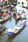 """AMPHAWA †""""29 APRIL: De houten boten worden geladen met vruchten van de boomgaarden bij Tha-kha het drijven markt Royalty-vrije Stock Fotografie"""