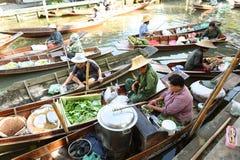"""AMPHAWA †""""29 APRIL: De houten boten worden geladen met vruchten van de boomgaarden bij Tha-kha het drijven markt Stock Afbeeldingen"""