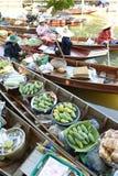 """AMPHAWA †""""29 APRIL: De houten boten worden geladen met vruchten van de boomgaarden bij Tha-kha het drijven markt Stock Fotografie"""