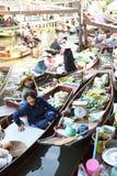 AMPHAWA †'KWIECIEŃ 29: Drewniane łodzie ładują z owoc od sadów przy Tha kha spławowym rynkiem fotografia stock