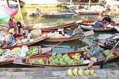 AMPHAWA †'KWIECIEŃ 29: Drewniane łodzie ładują z owoc od sadów przy Tha kha spławowym rynkiem Zdjęcie Royalty Free