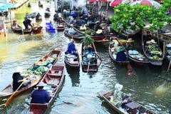 AMPHAWA †'KWIECIEŃ 29: Drewniane łodzie ładują z owoc od sadów przy Tha kha spławowym rynkiem Zdjęcie Stock