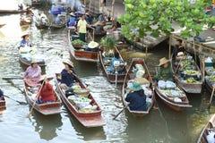 AMPHAWA †'KWIECIEŃ 29: Drewniane łodzie ładują z owoc od sadów przy Tha kha spławowym rynkiem Obraz Stock