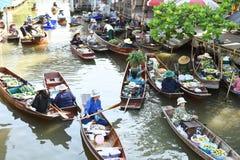 AMPHAWA †'KWIECIEŃ 29: Drewniane łodzie ładują z owoc od sadów przy Tha kha spławowym rynkiem Obrazy Royalty Free