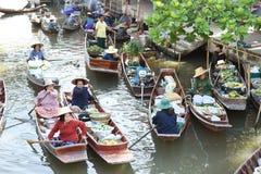 AMPHAWA †'KWIECIEŃ 29: Drewniane łodzie ładują z owoc od sadów przy Tha kha spławowym rynkiem Obrazy Stock