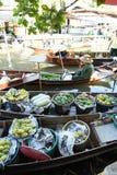 AMPHAWA †'KWIECIEŃ 29: Drewniane łodzie ładują z owoc od sadów przy Tha kha spławowym rynkiem zdjęcia royalty free