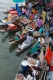 Amphawa, Ταϊλάνδη 10 Φεβρουαρίου 2008: Οι βάρκες φόρτωσαν με τα φρούτα α Στοκ Φωτογραφία
