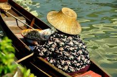 Amphawa, Таиланд: Плавая поставщик рынка Стоковые Изображения RF