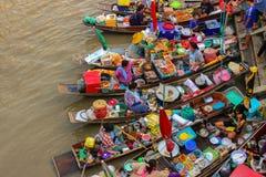 Amphawa, шлюпки Таиланда 14-ое мая в рынке Amphawa плавая, 110 km от Бангкока, большинств известного плавая рынок и культурный ту Стоковая Фотография
