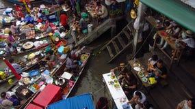 Обедать на рынке Amphawa плавая стоковые изображения rf
