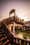 Amphawa-Bezirk, Provinz Samut Songkhram, Thailand 13,2019 im April: Holzbrücke über Amphawa-Kanal an sich hin- und herbewegendem  stockfoto