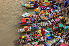 Amphawa, Boote Thailands 14. Mai in sich hin- und herbewegendem Markt Amphawa, 110 Kilometer von Bangkok, der meiste berühmte sic Stockfotografie