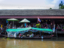 Amphawa floating market Tourism in the province are popular . Eat plenty of tourist and souvenir of the province in which popular . The people of Thailand And Royalty Free Stock Photos