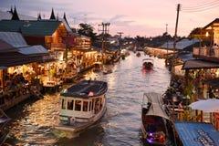 Amphawa-Marktkanal, das berühmteste des sich hin- und herbewegenden Marktes Stockfoto