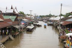 Amphawa sich hin- und herbewegender Markt stockbilder