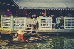 Amphawa sich hin- und herbewegender Markt Stockbild