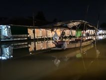 Amphawa som svävar marknaden på natten med inget, tyst atmosfär med att sova fartyget in i ett vatten som så är slätt som olja royaltyfria foton
