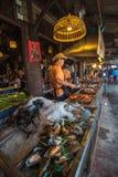 AMPHAWA, TAILANDIA - 24 gennaio, 2016: L'alimento si blocca a Amphawa Immagine Stock