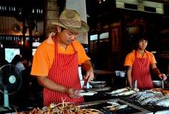 Amphawa, Thailand: Chef-kok Grilling Seafood Stock Foto