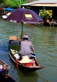 Amphawa, Thailand: De drijvende Verkoper van de Markt Stock Foto's