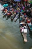 Amphawa Thailand-Februari 10, 2008: Fartyg som laddas med frukter a Royaltyfria Bilder