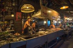 AMPHAWA THAILAND - Januari, 24, 2016: Mat stannar på Amphawa Royaltyfri Fotografi