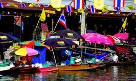 Amphawa, Thailand: Verkopers bij het Drijven Markt Royalty-vrije Stock Foto's