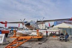 Amphibisch Flugzeug L410UVP-E20 wird an der Ausstellungsfläche auf der Schwarzmeerküste im Parken demonstriert stockfotos