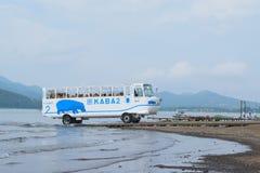 Amphibisch Touristenbus auf Service am See Yamanaka in Japan lizenzfreies stockbild