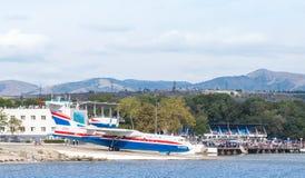 ` Amphibische Flugzeuge Beriev Be-200ES Altair ` geht zum Wasser von Gelendzhik-Hafen für sich entfernen Lizenzfreie Stockfotos