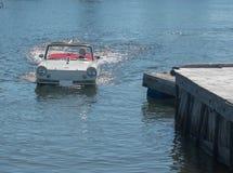 Amphicar dans l'eau Photo stock