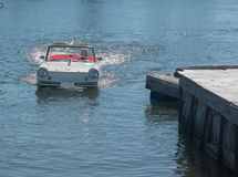 Amphicar in water stock foto