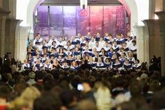 Amphithéâtre et choeur scolaire de concert de nuit grand images libres de droits