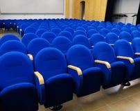 Amphithéâtre vide avec les sièges bleus avant la représentation photo stock