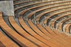 amphitheater Houten geplaatste banken Royalty-vrije Stock Foto's