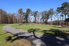 Amphitheater mit Baumschatten lizenzfreie stockfotos