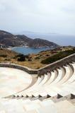 Amphitheater Mylopotas Strand IOS-Grieche isla Lizenzfreie Stockfotos